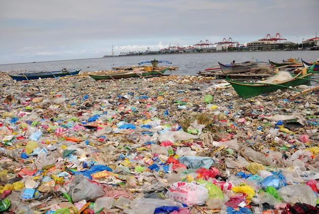 JMD02. MANILA (FILIPINAS), 05/05/2011.- Vista de hoy, jueves 5 de mayo de 2011, la bahía de Manila (Filipinas) cubierta con bolsas plásticas y otros desechos junto a los botes. Las aguas de este lugar están consideradas entre las más contaminadas del país, en parte debid a la presca ilegal. EFE/JOSHUA MARK DALUPANG