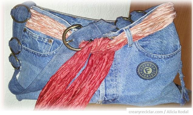 Paso a paso de cómo transformar tus pantalones vaqueros o blue jeans en un bolso práctico y funcional.