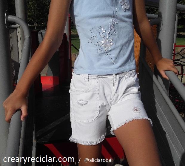 pantalon blanco corto y roto