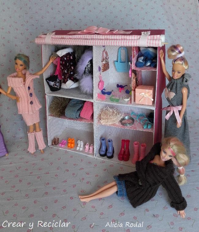 armario para muñecas con materiales reciclados