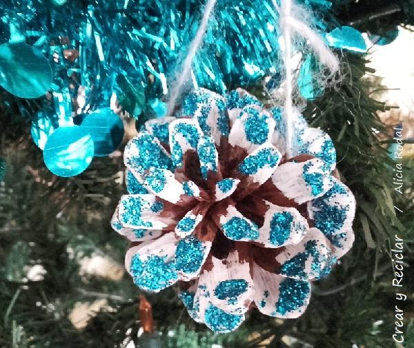 decorar el árbol de Navidad con piñas de los pinos