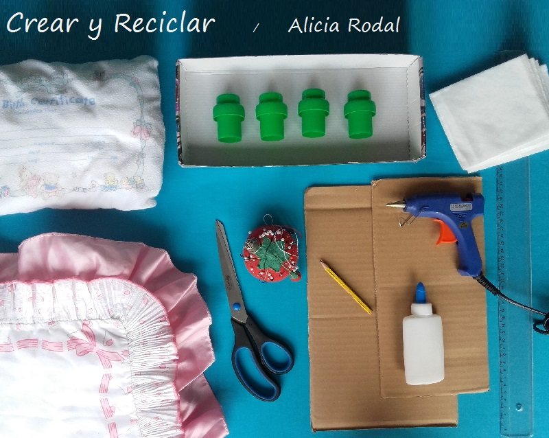 materiales reciclados para hacer cama de muñecas