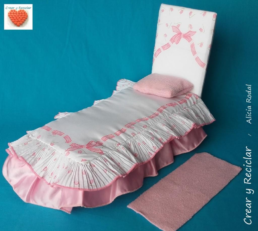 Cama, almohada, colcha y edredón para muñecas