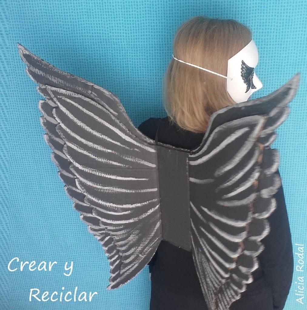 Cómo hacer un disfraz de ángel caído o ángel negro. DIY. Fácil, rápido y económico. Con cartón hacemos las alas y la máscara de cartón la transformamos para adaptarla a nuestro disfraz