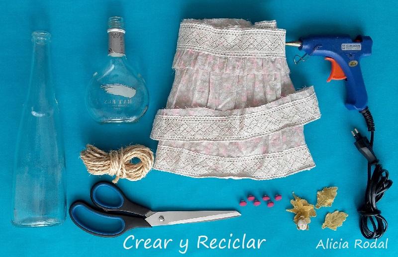 Materiales Floreros con botellas de vidrio.