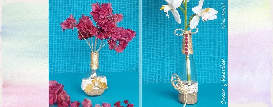 Floreros con botellas de vidrio.