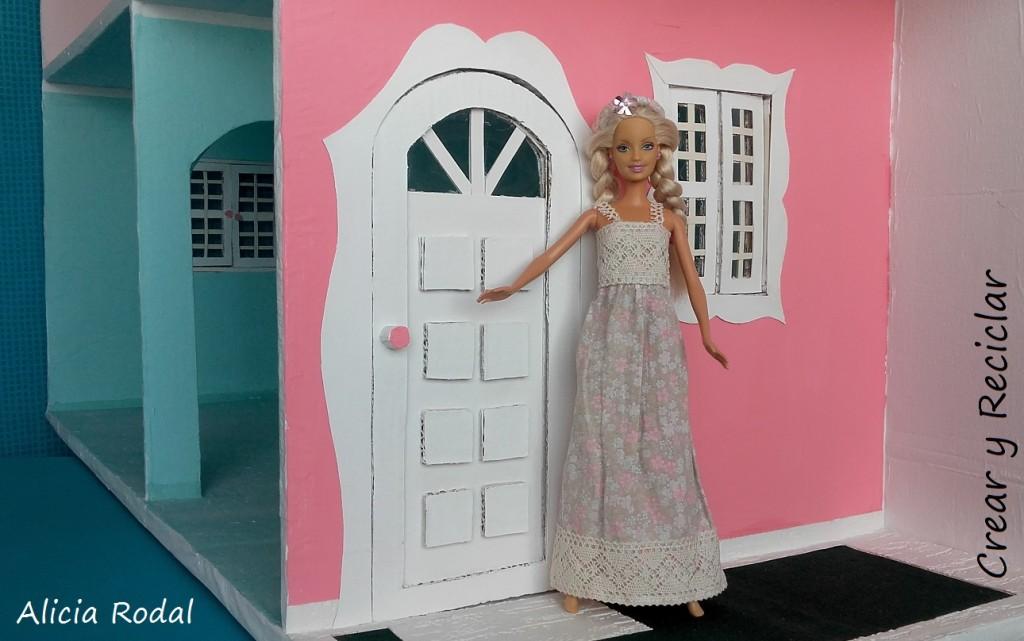 puerta de casa de muñecas con reciclaje DIY