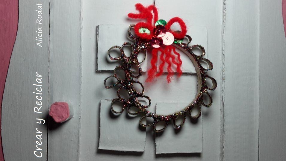 Cómo hacer una mini corona de navidad para muñecas con tubos de cartón DIY