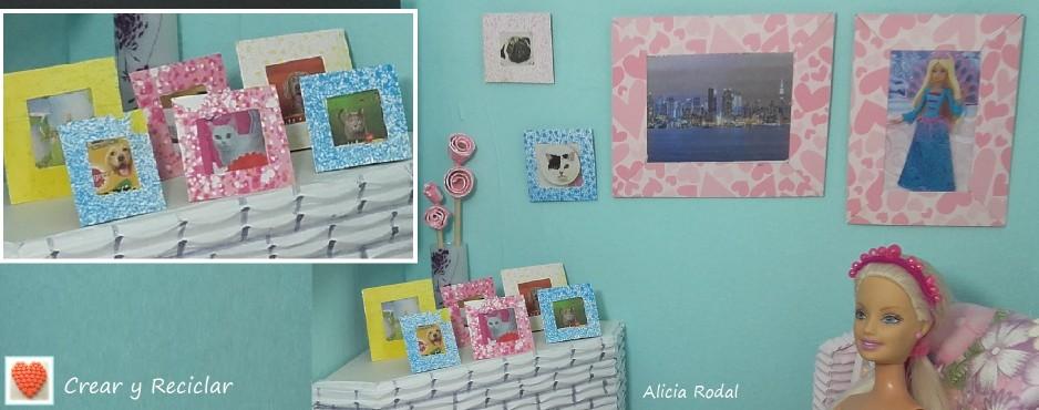 Cuadros y portarretratos para decorar el salón de la casa de muñecas con reciclaje DIY