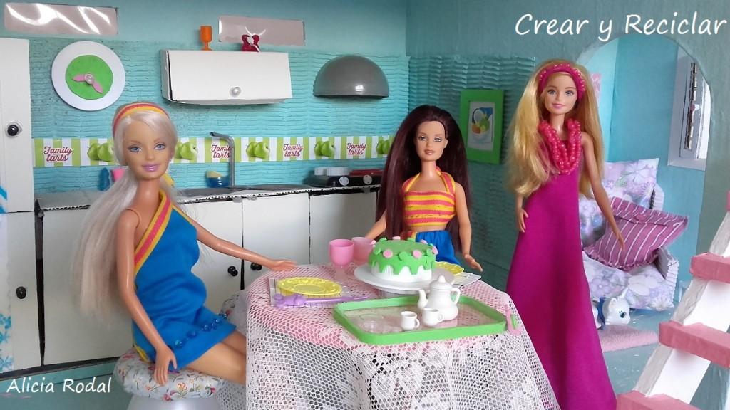 Mesa de comedor para muñecas con reciclaje DIY