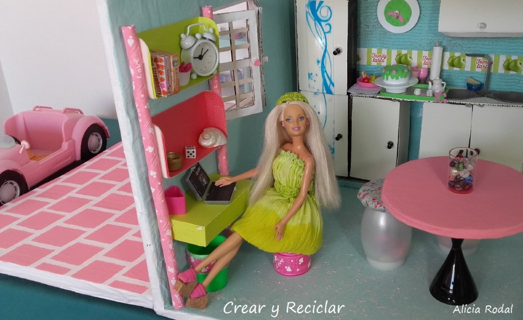 Office para casa de muñecas DIY ♻️ mesa escritorio con repisas