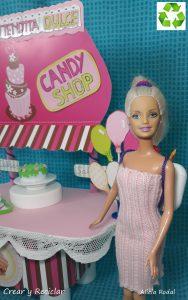 Cómo hacer una mini tienda de dulces para la feria de muñecas con materiales reciclados.