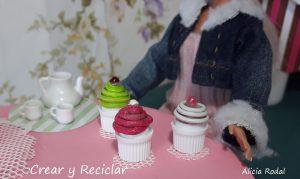 Miniaturas de cupcakes y lollipops para muñecas con material reciclado