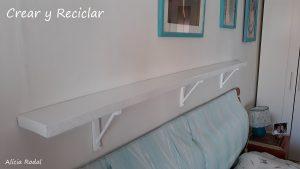 Cómo hacer una repisa con soportes para decorar tu habitación, con papel de periódico y cartón.