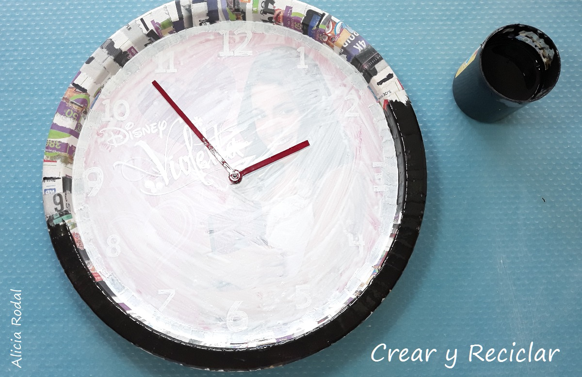 Como reutilizar o transformar un reloj de pared usado y convertirlo en un original portarretrato de Paulo Londra.