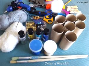 Cómo hacer los adornos para el arbolito o pino de Navidad para nuestro hogar, reutilizando los tubos de cartón del papel de baño. Decora la Navidad con tubos de cartón.