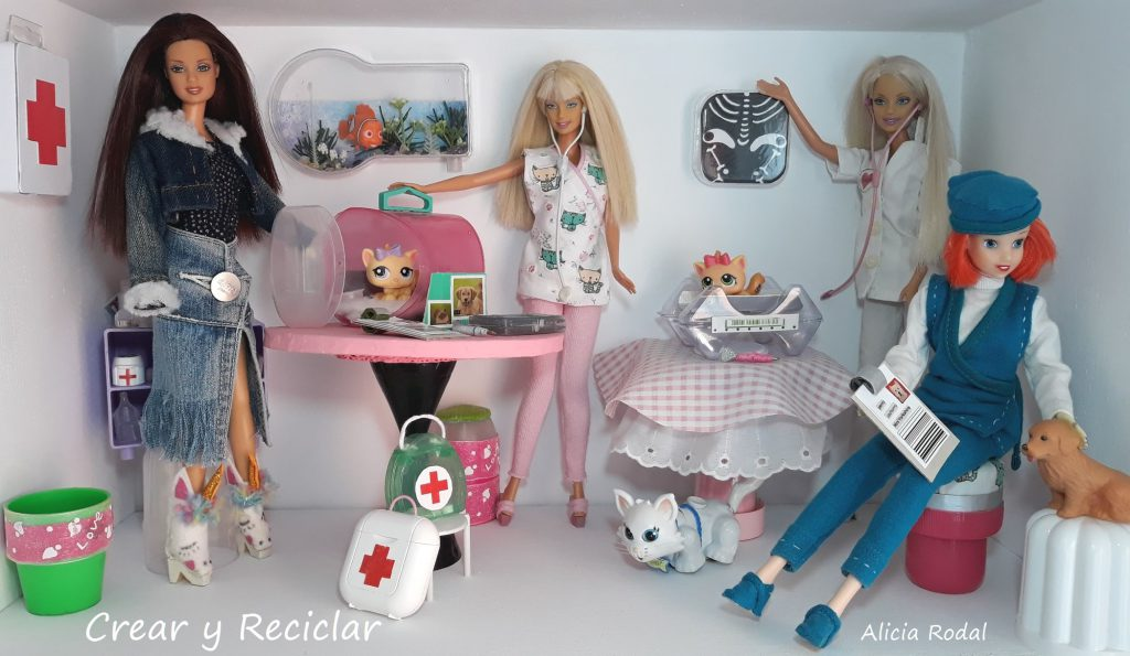 Tutorial con el paso a paso de cómo hacer 3 ideas de miniaturas para muñecas veterinaria con material reciclado, de una manera fácil y divertida. Miniaturas fáciles para muñecas.