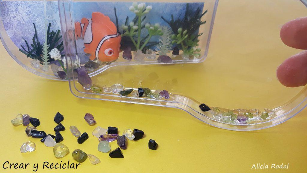 3 Ideas de miniaturas para las muñecas y sus profesiones. Cómo hacer una báscula, balanza o peso, pecera o acuario y carpeta o historial clínico del paciente.