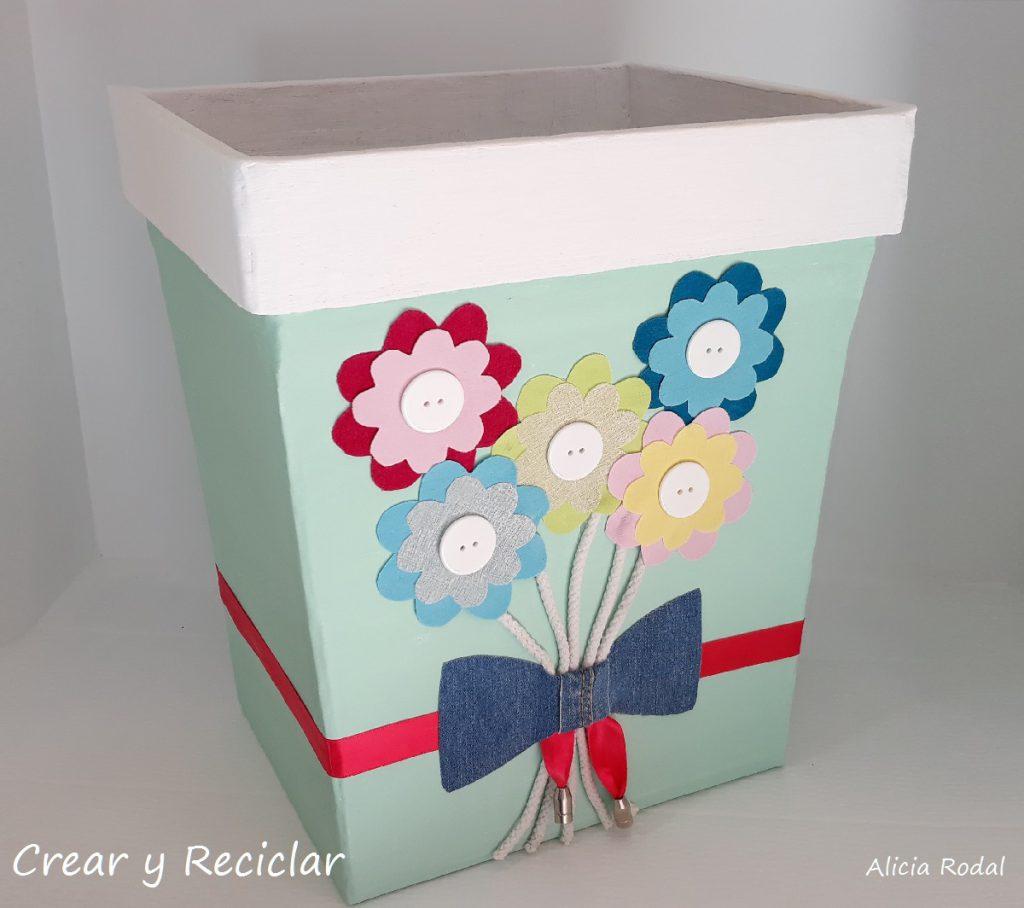 En este tutorial te muestro cómo hacer un cubo para basura, también llamado bote, contenedor, zafacón, tacho, basurero o papelera, con cartón y otros materiales reciclables. DIY