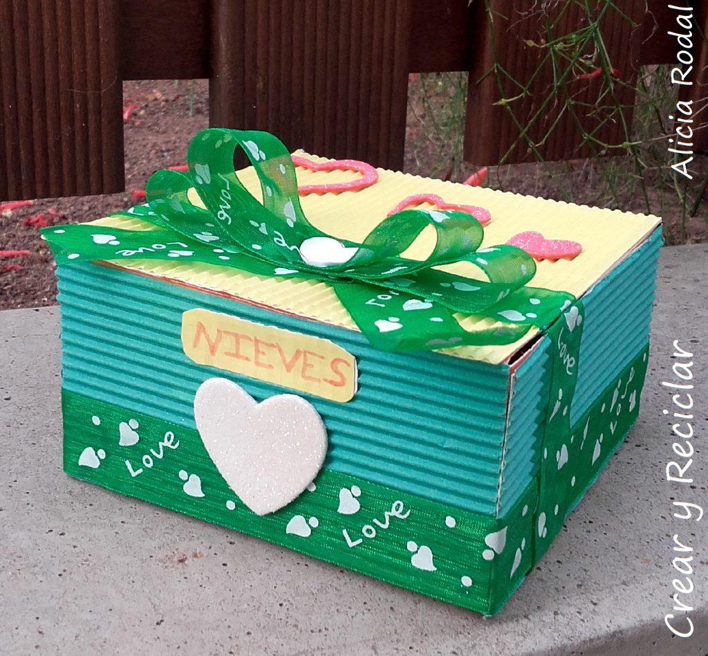 Ideas fáciles y creativas, de actividades de manualidades infantiles, hechas con materiales reciclados, aprovechando la época de navidad y las tardes de vacaciones en casa con los niños.