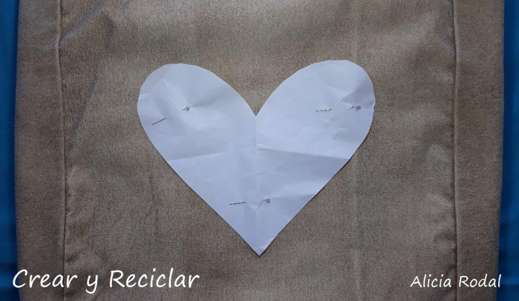 Ideas para decorar tu ropa. En este tutorial te muestro ideas para personalizar prendas de vestir con material reciclado y fácil.