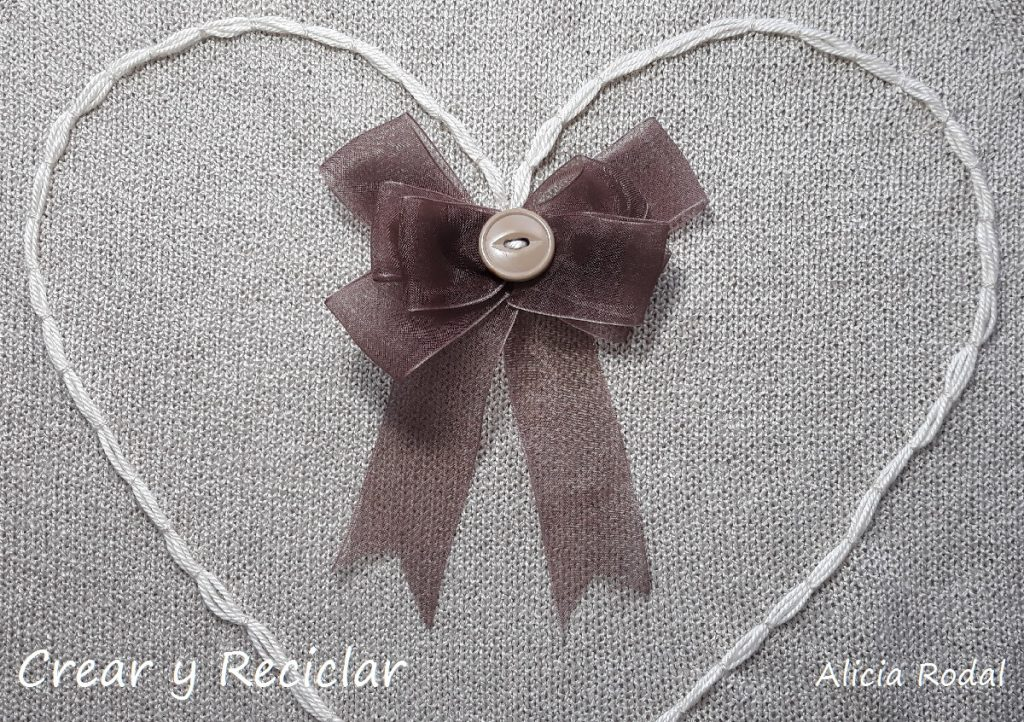 Ideas para customizar tu ropa. Como personalizar o decorar un suéter con botones y otros materiales reciclados.
