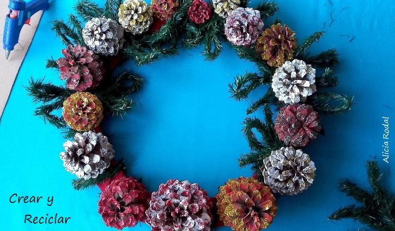 Cómo hacer una corona de Navidad con cartón, piñas de pino y otros materiales reciclados DIY Corona de adviento Decoración navideña
