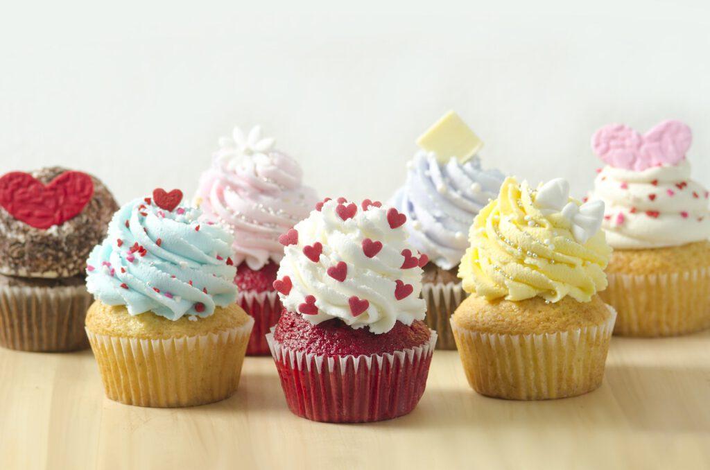 Cómo hacer un Stand, Soporte, Base, Display, Pedestal o Expositor de cartón, para pastel, muffin o cupcakes, fácil, rápido y barato.