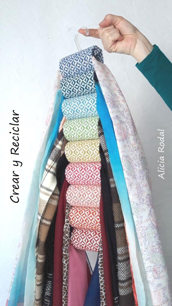 En este tutorial te enseño 2 ideas originales para organizar tu ropa, tu material de trabajo, material escolar, complementos de moda o lo que quieras. Tan solo vamos a reutilizar tubos de cartón del papel de baño y retales o retazos de telas.
