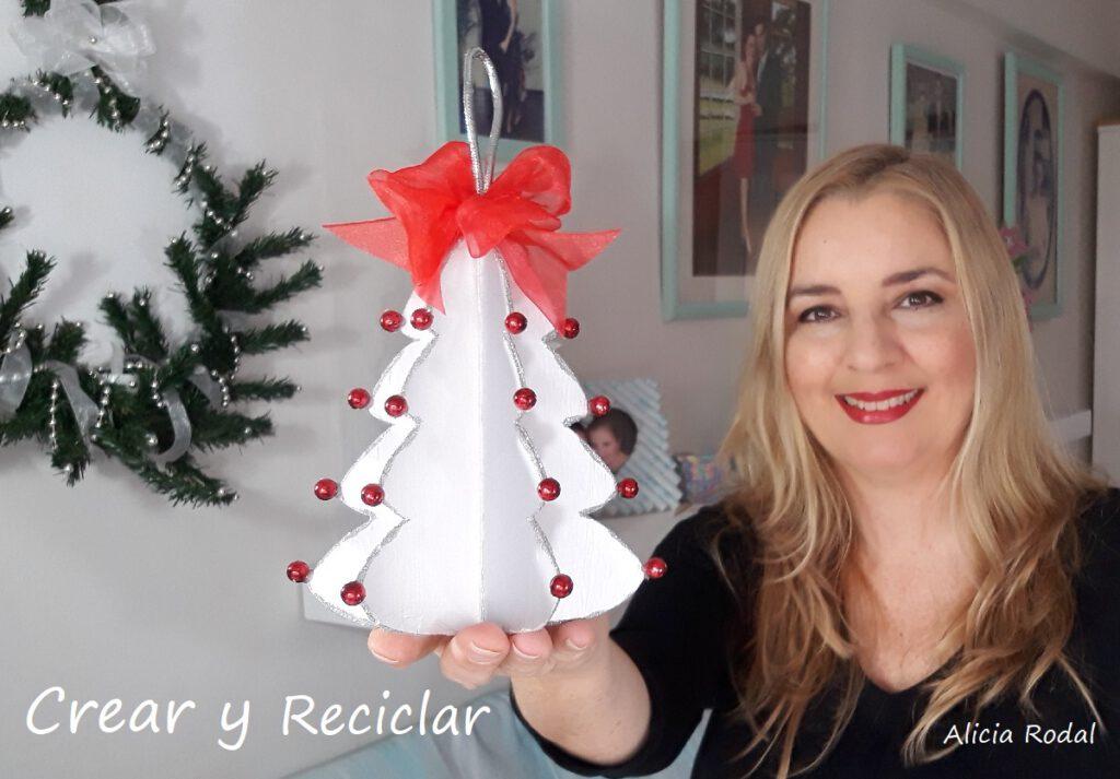 Aprende a hacer tu propia decoración navideña para el árbol de una forma fácil y rápido, y lo mejor de todo es que no gastarás mucho dinero porque vamos a reutilizar materiales reciclados. DIY