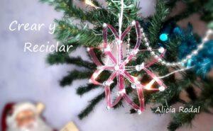 En este tutorial te muestro 3 ideas para decorar el árbol de Navidad con botellas de plástico, la idea 1 es cómo hacer una estrella de 6 puntas con forma de rombos, la idea 2 es una estrella más grande, con 8 puntas en forma de rombos y la idea 3 es una estrella con forma de corazones.