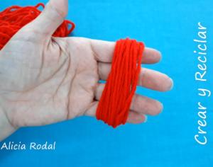 En este tutorial te enseño 7 técnicas distintas para hacer pompones, también conocidos como borla, fleco, colgante, airón, madroño o penacho, fácil y rápido, usando tus manos, utensilios de cocina o materiales reciclados como el cartón, etc. Diy